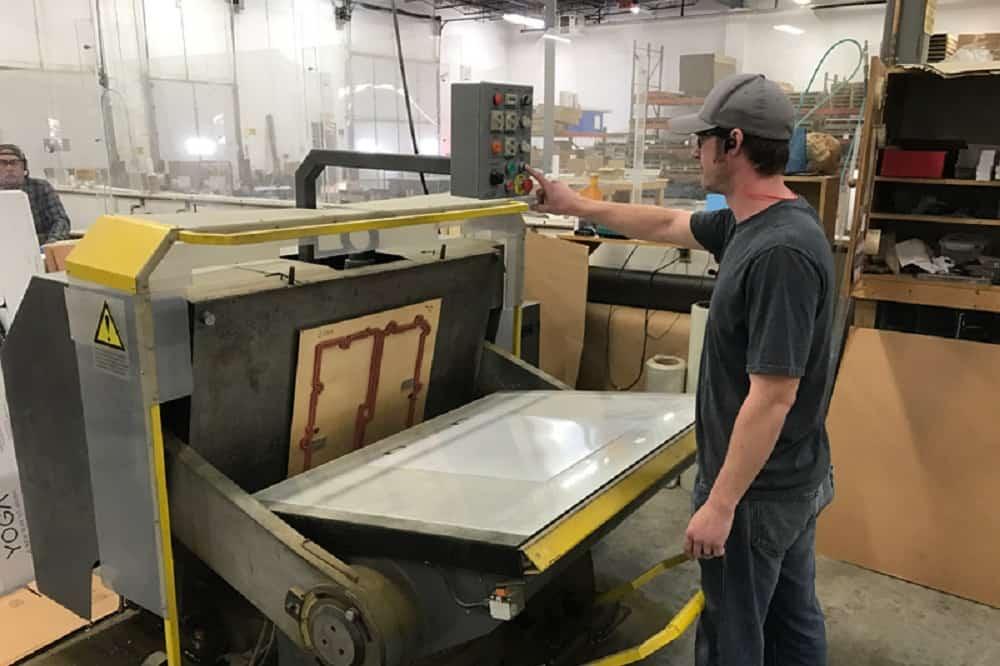 از فناوری دایکات یا برش قالب در ساخت انواع جعبه و کارتن (بوسه مرگ) استفاده میشود die cut technology uses to make boxes (kiss cutting)or carton to any shape and size with special tempelate